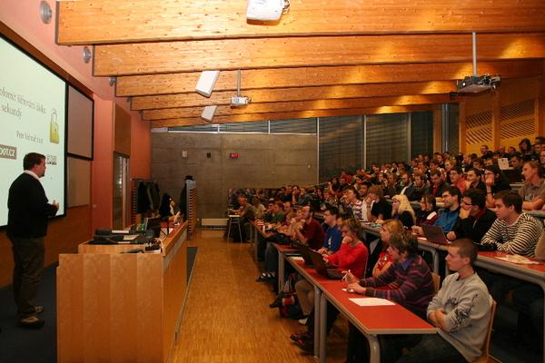 Plná posluchárna na přednášce -- sedí se i na schodech