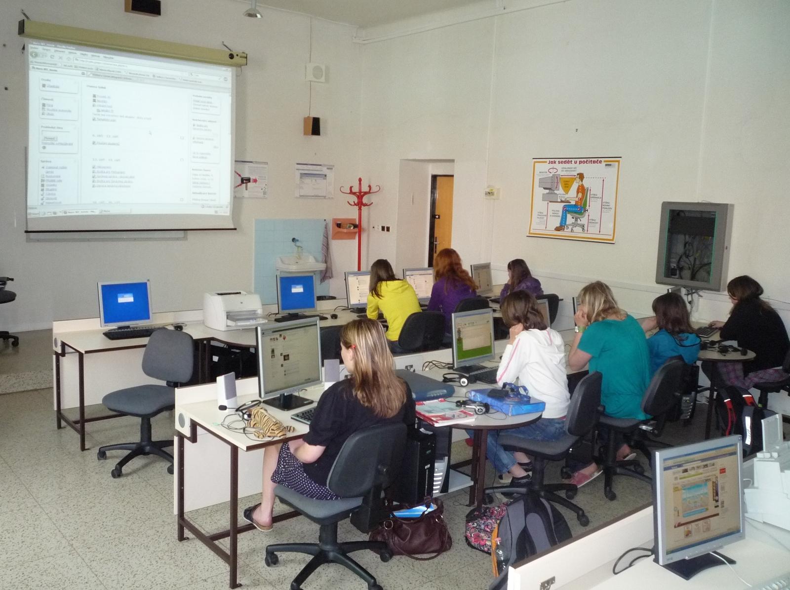 Učebna IVT1 s OS Windows; na plátně elearningový portál školy (Moodle)
