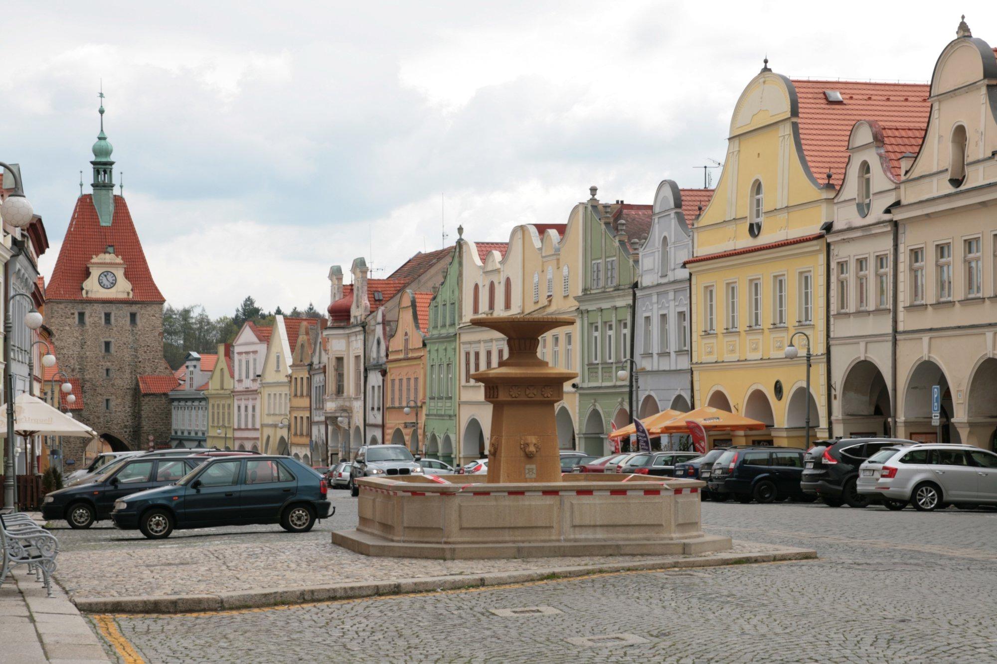 Město Domažlice, náměstí Míru (wikimedia.org)